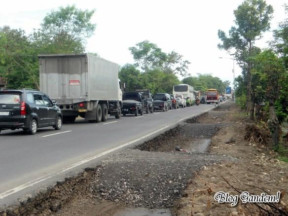 kadang bisa berhenti sampai ratusa meter.. maklum jalan antar provinsi
